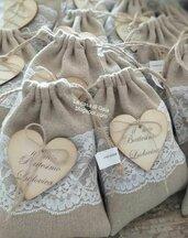 Sacchettini bomboniere in lino grezzo,pizzo valencienne,con cuore di legno