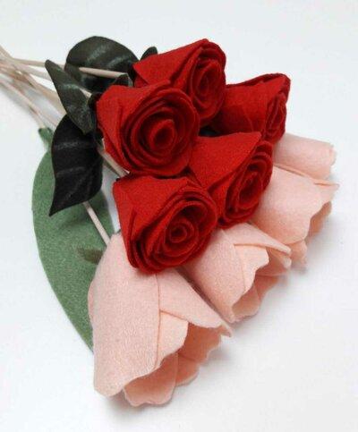 Mazzo di rose rosse e tulipani rosa in feltro idea regalo San Valentino per duffusore