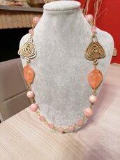 Collana mod. VERTIGINE. Quarzo rosa, ceramica, resina,ottone.,