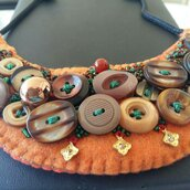 Collana arancio con bottoni e perline