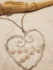 Collana lunga regolabile in acciaio con pendente cuore in alluminio battuto e perle