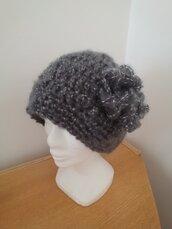 Cappello realizzato a uncinetto con filato  in lana e alpaca di colore grigio puntinato panna con grazioso fiore laterale