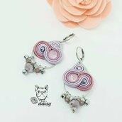 Orecchini pendenti lilla e rosa - orecchini soutache con cristalli e swarovski