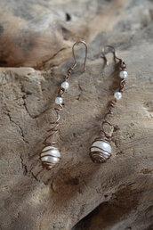 Orecchini fatti a mano in filo di rame con finte perle e perline