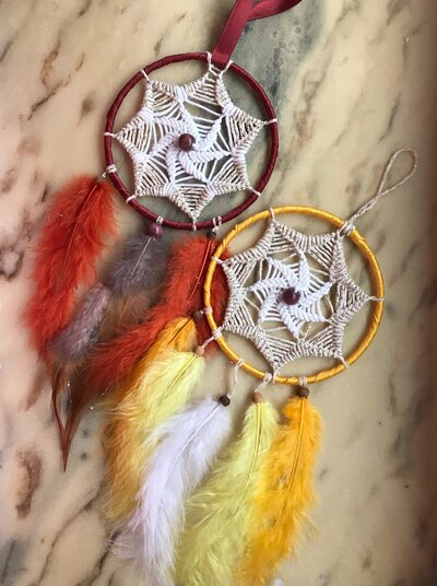 Acchiappasogni intrecciato a mano con piume colorate