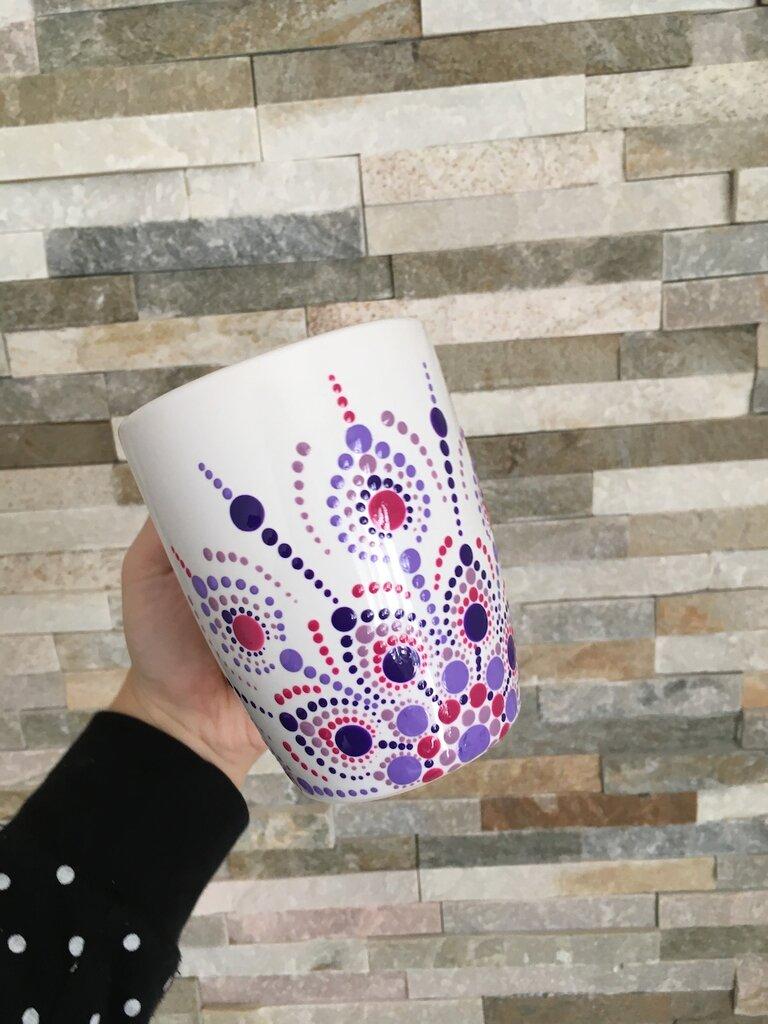 Tazza di ceramica bianca dipinta con mandala sui toni del viola. Tazza da tè, caffè o latte
