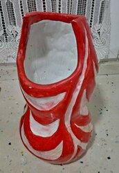 Vaso di maiolica, manufatto di creta rossa smaltata, con righe ondulate bianche scavate che fanno risaltare quelle rosse