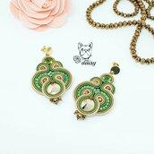 Orecchini pendenti verdi, bronzo e beige con perno a lobo - gioielli soutache