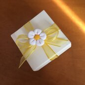 Scatolina in carta avorio con margherita bianca realizzata a mano in pasta FIMO