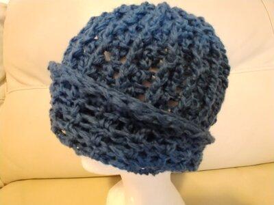 Originale cappello da uomo realizzato con filato di lana di colore  azzurro lavorato  a uncinetto  con un motivo che forma tante righe a rilievo