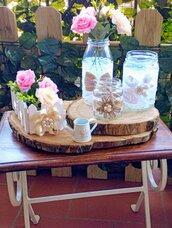 Decorazione rustica con barattoli shabby su alzatina di legno