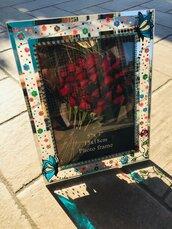 Cornice portafoto in vetro decorata a mano con motivi floreali e farfalle