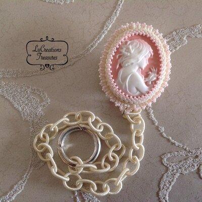 Porta succhietto neonata con catenella in seta e bambina in resina