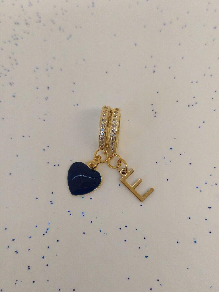 Orecchini a cerchio realizzati a mano di colore oro con zirconi bianchi e pendenti iniziale e cuore verde.