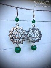 Orecchini pendenti con ciondoli del IV Chakra (cuore) e pietre dure verdi