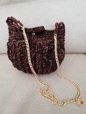 Grazosa pochette realizzata a uncinetto con filato misto lana e cotone di colore nero, marrone e fili dorati