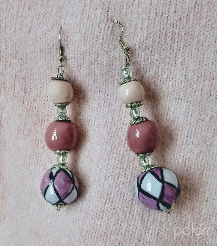 orecchini di ceramica di ceramica, con monachella e un lungo pendente formato da 3 sfere, di misura diversa, infilate in verticale tonalità rosa