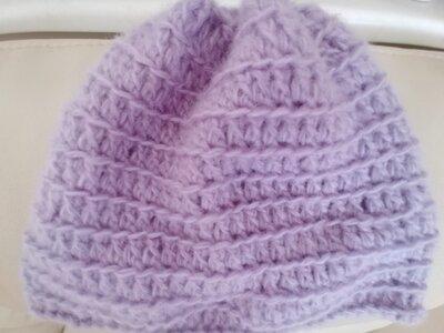 Delicato cappello di lana color lilla realizzato ad uncinetto a punto costa