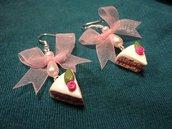 Orecchini fette di torta, perle e organza