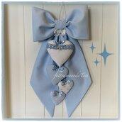 Fiocco nascita in cotone azzurro con piccoli pois e quattro cuori sui toni bianco azzurri