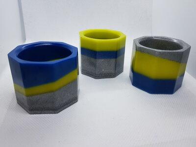 Tre vasi in resina per piante grasse