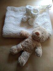 Completo copertina neonato lana e scarpine ai ferri colore bianco regalo nascita cerimonia coperta per carrozzina corredino