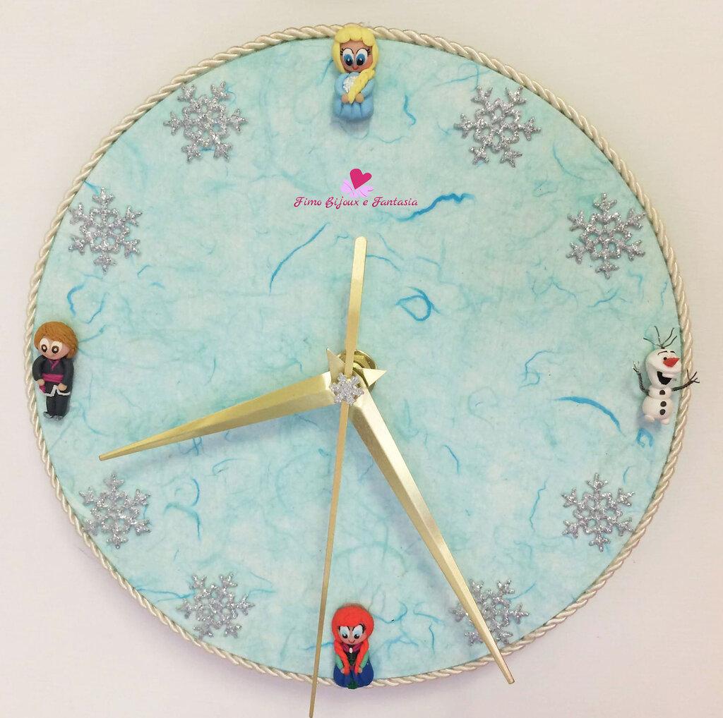 Orologio da parete decorato in fimo con soggetti a tema Frozen. Idea regalo.