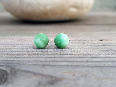 Orecchini di crisoprasio a bottone. Piccoli orecchini pietra di crisoprasio naturale, fatto a mano
