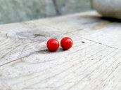 Piccoli orecchini di corallo rosso a perno, artigianato italiano, portafortuna, naturale, rosso intenso