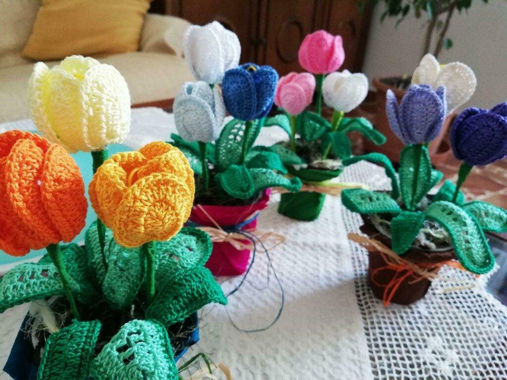 Vasetto con tulipanini ad uncinetto