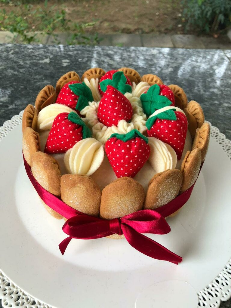 Scatola torta di feltro, charlotte con fragole e panna