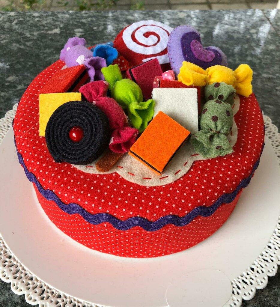 Scatola decorata con caramelle e lecca lecca di feltro
