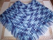 Poncho realizzato a mano a uncinetto in mistolana e alpaca dai  colori sfumati dal blu azzurro,celeste  con grazioso fiore a rilievo