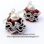 Orecchini cialde capsule di caffè neri effetto onda con perla bianca pendenti