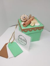 Scatola da regalo o bomboniera verde acqua in cartoncino a tema mare con conchiglie e tags in palette