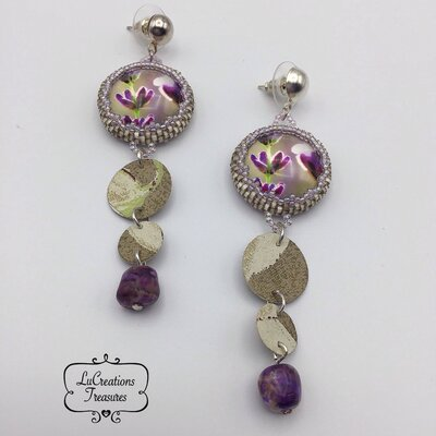 Orecchini pendenti in tessitura di perline di vetro, cabochone plexiglas, fiori viola