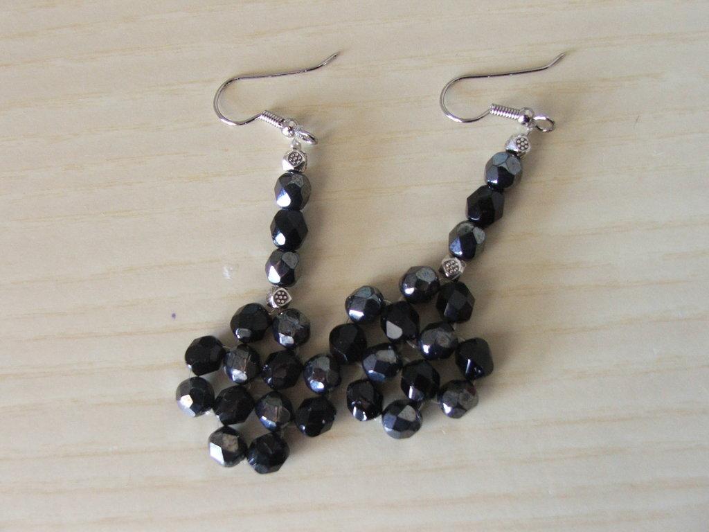 Orecchini con perle nere e grige
