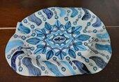 Vassoio di ceramica manufatto forma ovale falda irregolare dipinta a mano con rosone centrale in vari  toni blu