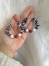 Orecchini a cerchio con chips di pietre dure di howlite bianca e lapislazzuli blu e perle di pietre dure di corallo bambù e howlite bianca