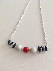 Collana girocollo con chips di pietre dure di howlite bianca e lapislazzuli blu e perle di pietre dure di howlite bianca e corallo bambù.