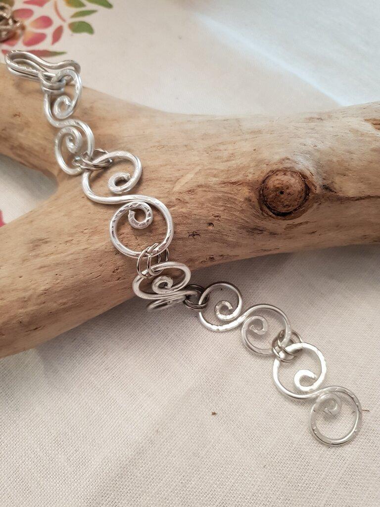 Bracciale semirigido in alluminio battuto