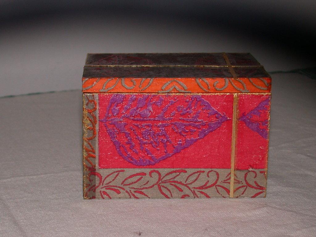 Scatolina in legno decorata con tovagliolo.Motivo etnico