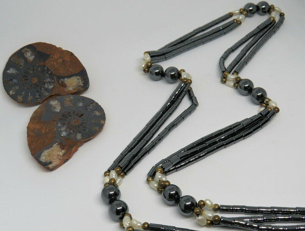 Collana lunga con pietre naturali miste Ematite e perle di fiume con perline di ottone fatta a mano