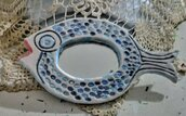 Specchio da borsetta a forma di pesce, manufatto di ceramica dipinto a mano con 2 toni di blu