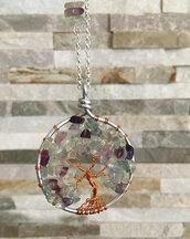 Collana con ciondolo albero della vita, pietre dure di fluorite rainbowa e filo di metallo ramato