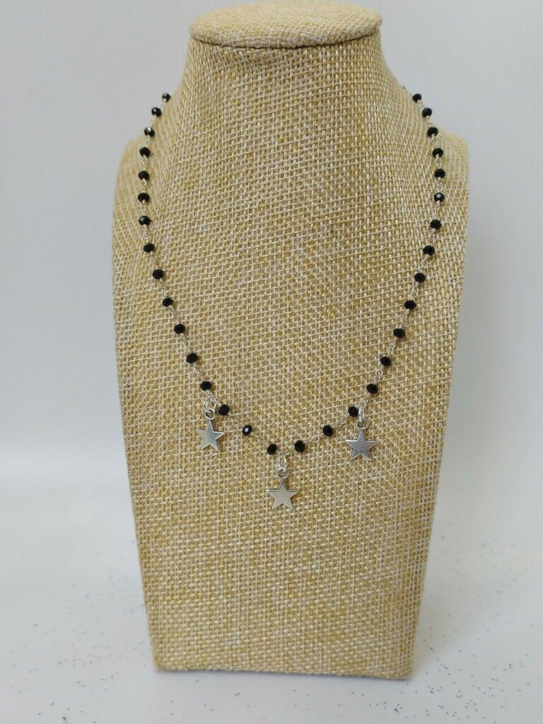 Collana girocollo stile rosario realizzata a mano con filo colore argento, cristalli neri e pendenti a forma di stella di colore argento.