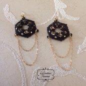 Orecchini pendenti in tessitura di perline di vetro, catenelle dorate, nero oro