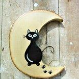 Luna in legno con gatto seduto