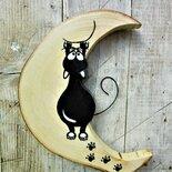 Luna in legno con gatto arrampicato