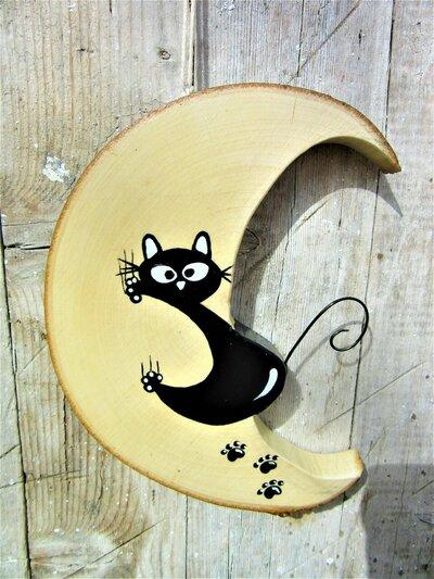 Luna in legno con gatto arrampicato che scivola